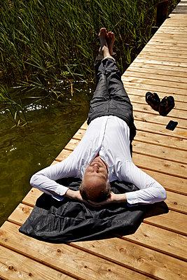 Mann auf dem Rücken liegend - p1146m1165010 von Stephanie Uhlenbrock