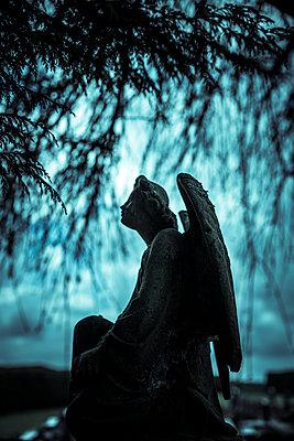 Alter Steinengel auf einem Friedhof - p248m2280206 von BY