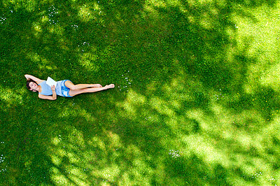 Young woman lying on meadow, using tablet - p300m2004690 by Roman Märzinger