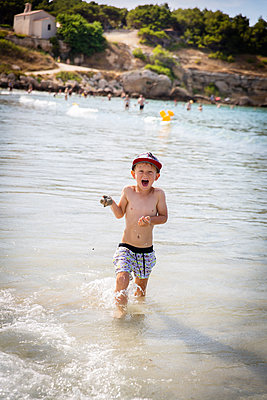 Boy in the sea - p756m2125144 by Bénédicte Lassalle
