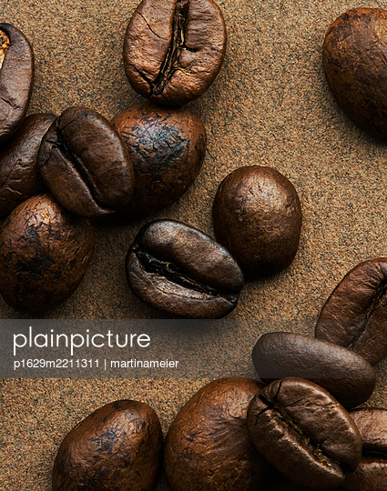 Coffee beans, close-up - p1629m2211311 by martinameier.ch