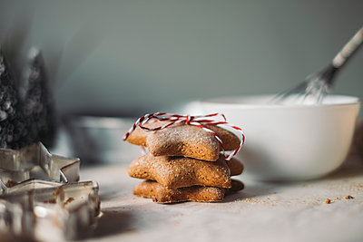 Stack of star-shaped Christmas Cookies - p300m2042930 von Mosuno Media