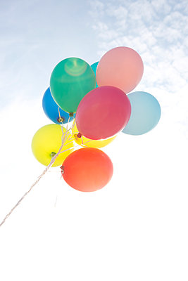 Colorful balloons - p454m1065531 by Lubitz + Dorner