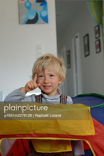 Toddler playing - p1631m2278128 by Raphaël Lorand