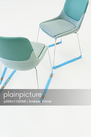 Zwei Designerstühle - p335m1152306 von Andreas Körner