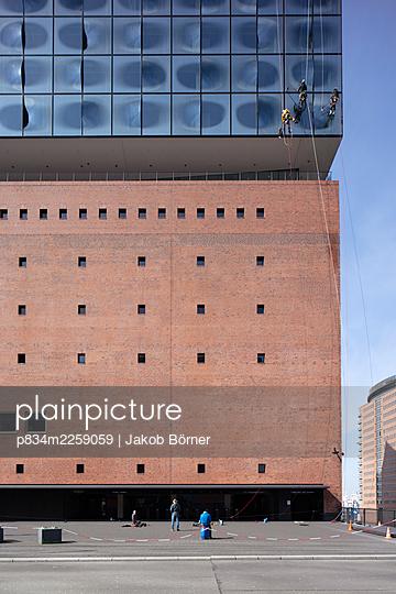 Germany, Hamburg, Elbphilharmonie, Window washers - p834m2259059 by Jakob Börner