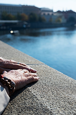 Hand einer alten Frau in Prag - p1423m2026191 von JUAN MOYANO