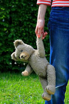 Teddy halten - p450m1030704 von Hanka Steidle