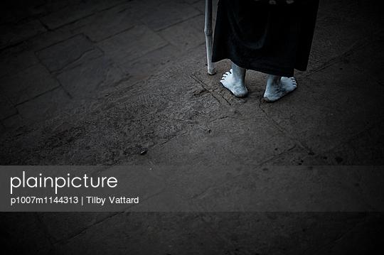 White bare-feet walking  - p1007m1144313 by Tilby Vattard