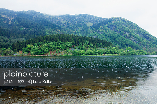 plainpicture - plainpicture p312m1522114 - Lake in mountains during rain - plainpicture/Johner/Lena Koller