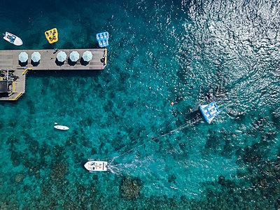 Luftaufnahme, Holzsteg und Boote - p1108m2090329 von trubavin