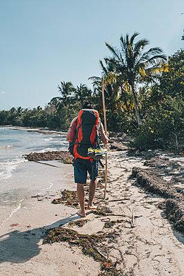 Cuba, Cienaga de Zapata, Backpacker walking on the beach, rear view - p300m1568046 von Gustafsson