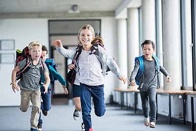 Excited pupils rushing down school corridor - p300m2005290 von Fotoagentur WESTEND61