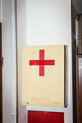 Alter Erste Hilfe Kasten - p930m1200519 von Phillip Gätz