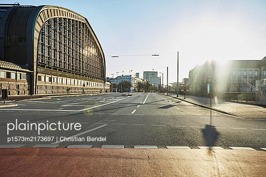 Empty Places - Hamburg, Hauptbahnhof von außen - p1573m2173697 von Christian Bendel