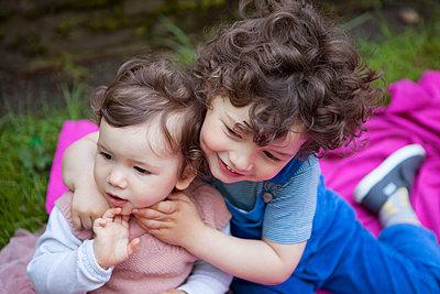 die kleine Schwester umarmen - p045m1440052 von Jasmin Sander