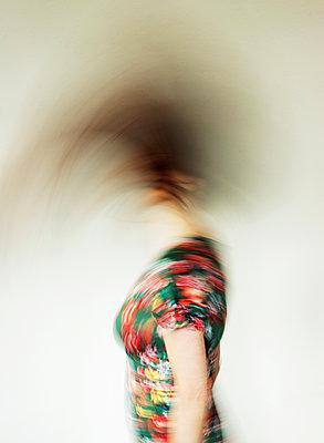 Kopfschüttelnde Frau - p1574m2183643 von manuela deigert