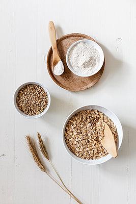Rye ears, rye flakes, rye flour and rye grains - p300m1567924 by Eva Gruendemann