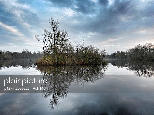 Germany, Lower Saxony, Hannover, Ricklinger Kiesteiche - p427m2260622 by Ralf Mohr