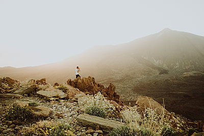 Pulled back view of man taking a photo with Teide in background - p1166m2129930 by Cavan Images