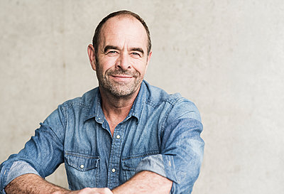 Portrait of smiling mature man - p300m2144928 by Uwe Umstätter