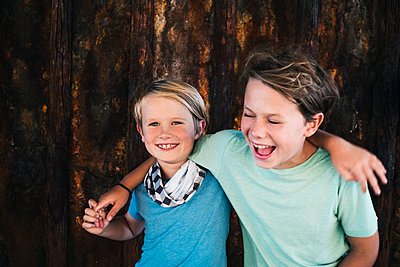 Portrait of two smiling boys, arm around shoulder, looking at camera. - p924m2208573 by JFCreatives