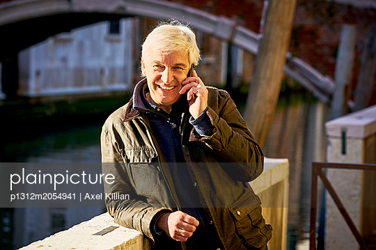 Mann telefoniert - p1312m2054941 von Axel Killian