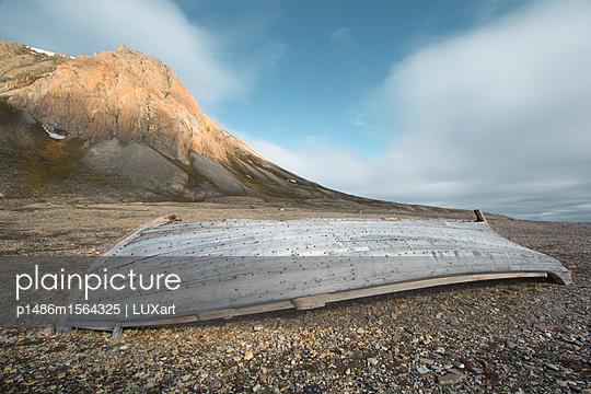 Boot am Strand, Spitzbergen, Faksefjellet - p1486m1564325 von LUXart