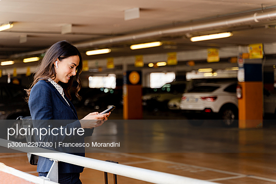 Italy, Tuscany, Florence, Young woman business - p300m2287380 von Francesco Morandini