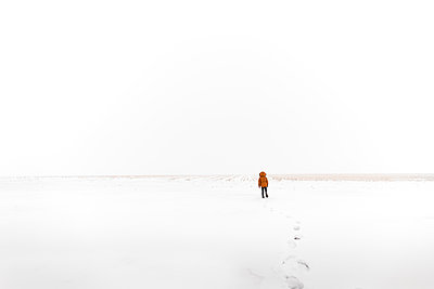 boy walking through the snow to an open field in the country - p1166m2218669 by Cavan Images