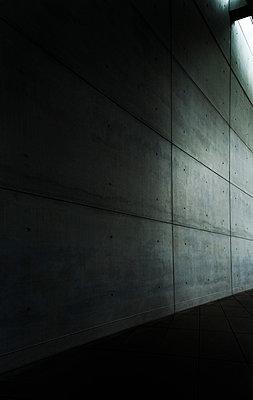 Unterführung mit Neonlicht - p1180m1017233 von chillagano