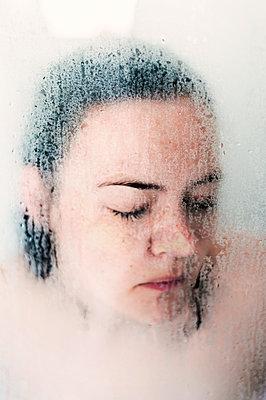 Frau in der Duschkabine - p947m2176909 von Cristopher Civitillo
