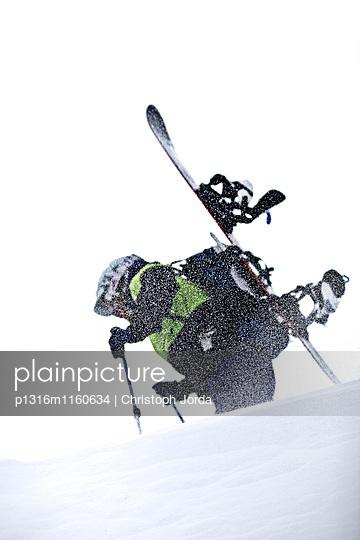 Junger Snowboarder steigt durch den Schnee in den Bergen bei Schneefall, Pitztal, Tirol, Österreich - p1316m1160634 von Christoph Jorda