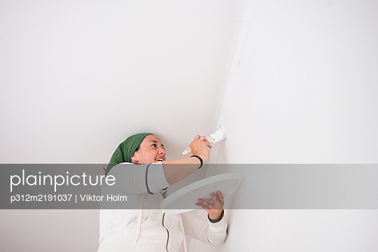 Woman painting wall - p312m2191037 by Viktor Holm