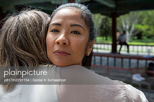 Lesbian couple embracing, portrait - p817m2291154 by Daniel K Schweitzer