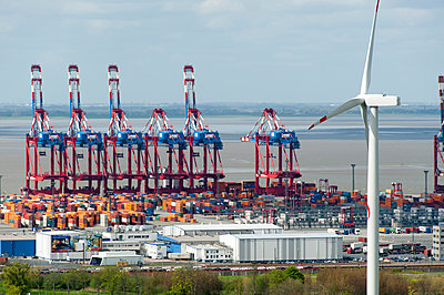 Windkraftanlage mit Containerterminal - p1079m1072942 von Ulrich Mertens
