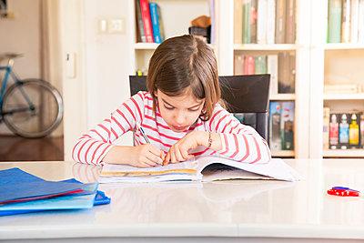 Little girl doing homework - p300m2083568 von Larissa Veronesi