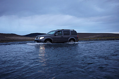 Geländewagen in einem Fluss - p416m991070 von Dominik Reipka