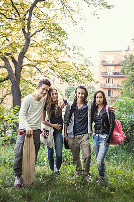 Portrait of confident high school students standing together in park - p426m958668f by Maskot