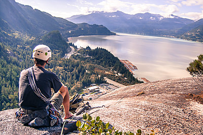 Man trad climbing at The Chief, Squamish, Canada - p429m1569744 by Alex Eggermont