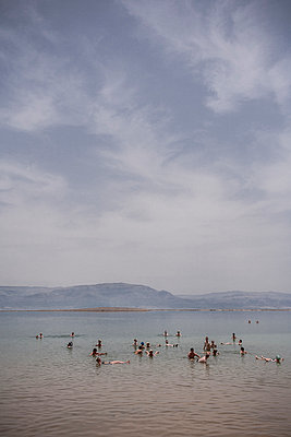 Baden im Toten Meer - p741m929359 von Christof Mattes