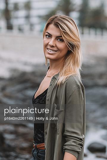 Porträt einer blonden Frau am Strand - p1640m2261149 von Holly & John