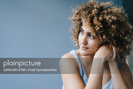 Portrait of a daydreaming woman - p300m2012796 von Kniel Synnatzschke