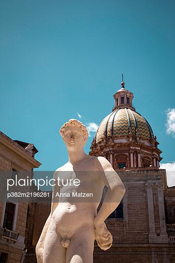 Statue in Piazza Pretoria - p382m2196281 by Anna Matzen