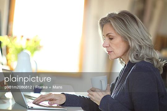 Arbeiten am Laptop - p981m2086812 von Franke + Mans