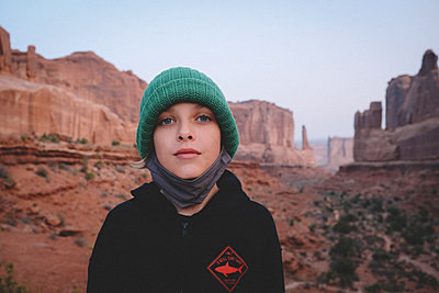 Road Trip During Covid: Boy With Mask in Arches National Park. - p1166m2246412 by Cavan Images