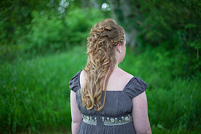 Bride waiting - p445m702667 by Marie Docher