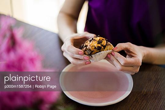 Woman's hands holding muffin - p300m1587254 von Robijn Page