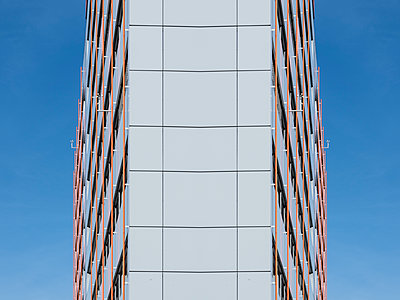 Mirrored high-rise building facade - p401m2211958 by Frank Baquet