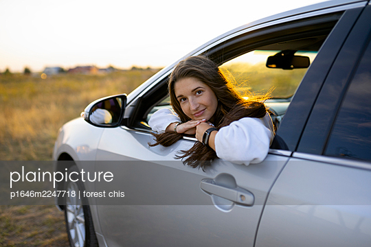 Young woman in car, portrait - p1646m2247718 by Slava Chistyakov
